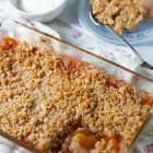 Peach Crumble with Oats and Almonds www.thefoodiecorner.gr