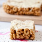 Honey Ring Cereal Bars with Peanut Butter and White Chocolate www.thefoodiecorner.gr