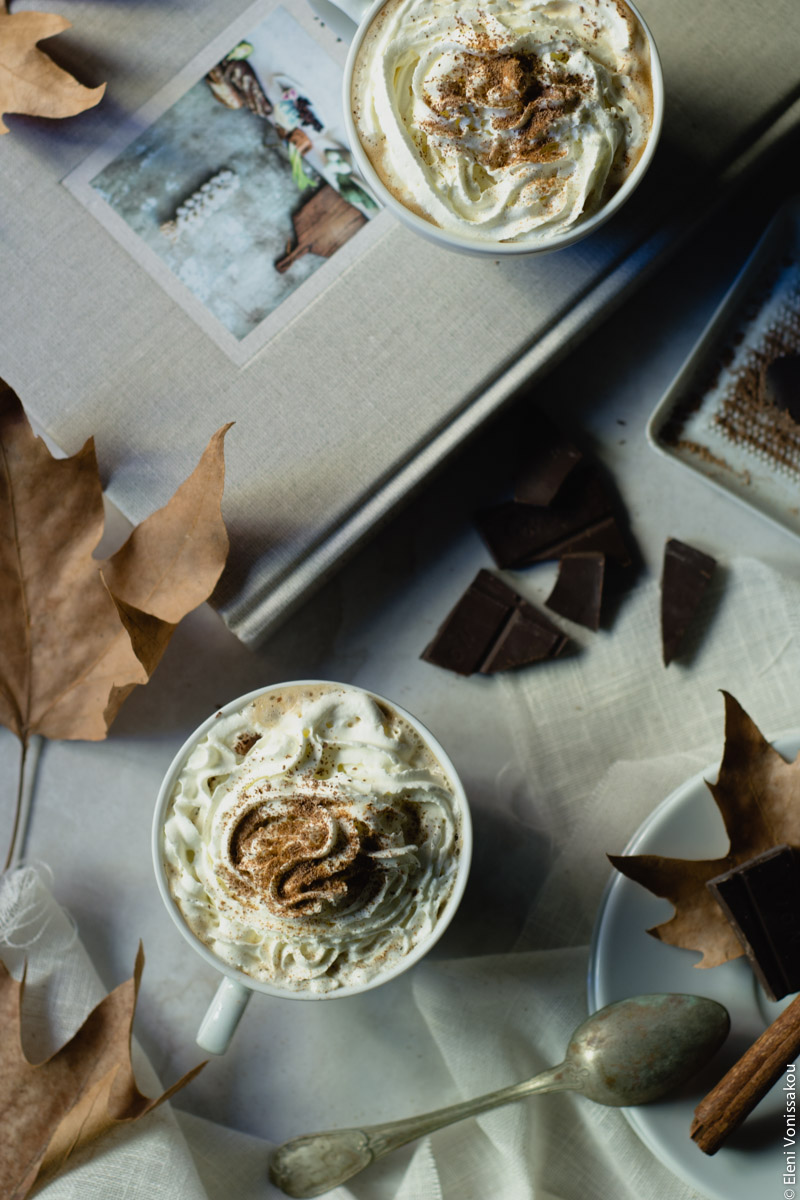Pumpkin Spice Latte, Καφές Λάτε με Γεύση Κολοκύθας και Μπαχαρικών www.thefoodiecorner.gr 02 Photo description: Same setting as photo 01 but lattes are smothered in whipped cream with a sprinkling of spices and shaved chocolate on top.